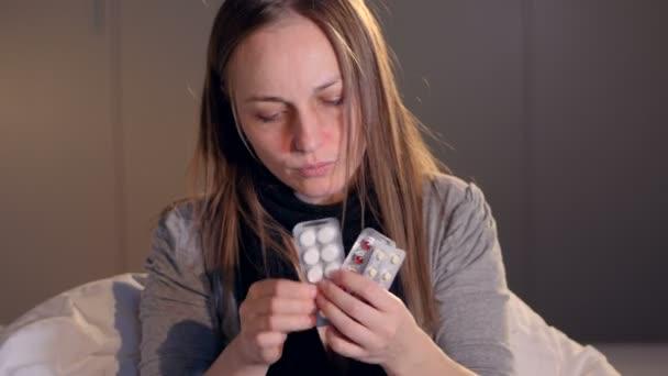 Nemocná žena se snaží různé léky proti chladu. Detail. 4k