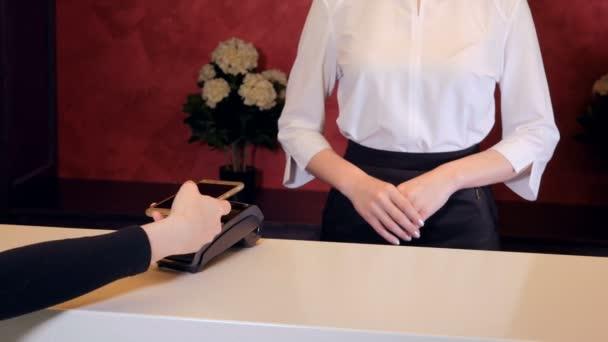 Frau Lohn Empfangsdame bereitet Hotel mit Smartphone, elektronischen Schlüssel. 4k