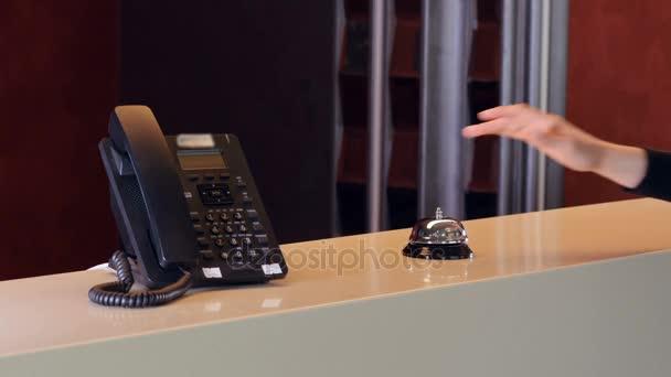 Starý hotel zvon na stůl dřevo lobby s moderní telefon. 4k
