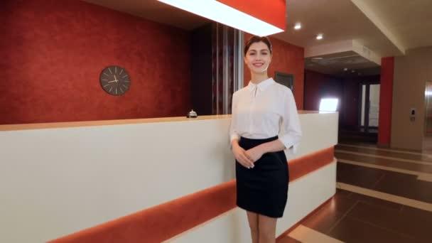 Příjemný usměvavý hotel recepční pozdrav hotelový host