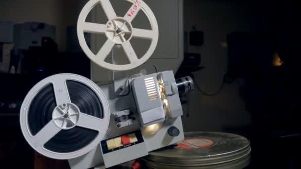 alter Filmprojektor in Betrieb
