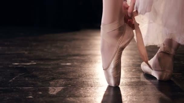 Tänzerin zieht ihre Ballettschuhe an