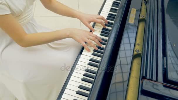 Női zongorista a zongora zár-megjelöl lejátszás