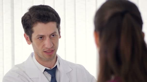 Detail. Odborný lékař konzultační pacient v klinice. 4k