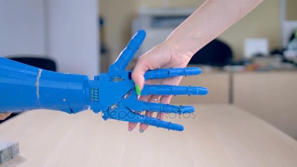 Bionická ruka je otřesena lidské samice jedna