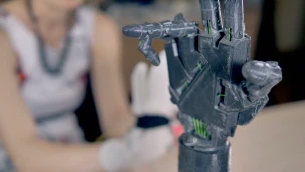 Experiment s bionickou paží mechanismem. 4k