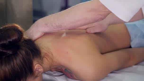 Zblízka f masážní terapeut masíruje Zenske zpět