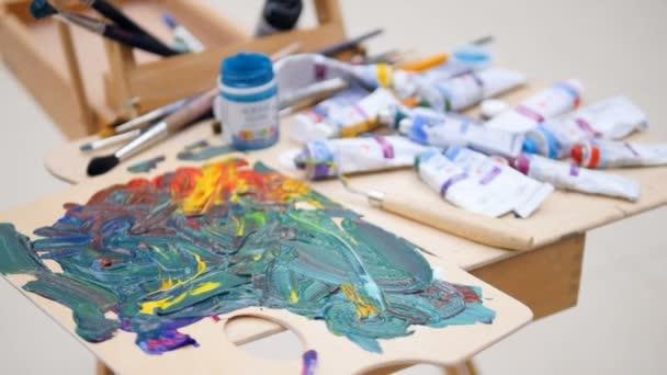 Trubky s barvy, štětce a smíšené barvy.
