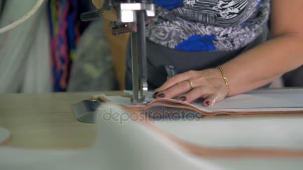 Průmyslové tkaniny fréza v provozu pod reflektor