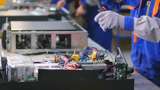 Výroba elektrických rozvodných zařízení. Skříně, komponenty, napájení přepínače. 4k