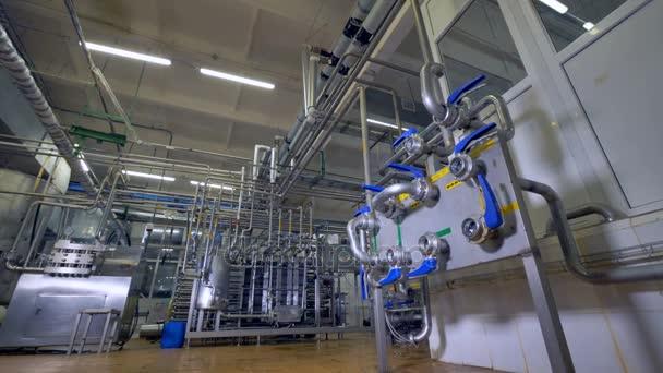 Mlékárenské výroby potrubní systém s řídicí jednotkou.
