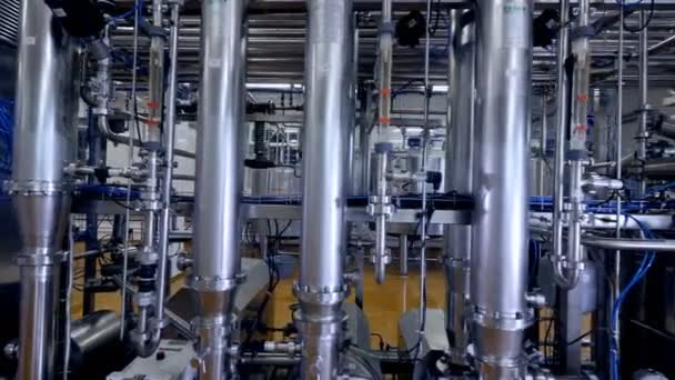 Breite vertikale Rohre in einer Milchfabrik.