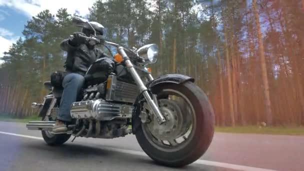 Muž na motocyklu s předním kolem v zblízka. 4k.