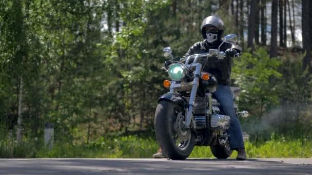 Motorkáře nastartuje svůj motocykl a jednotky pryč