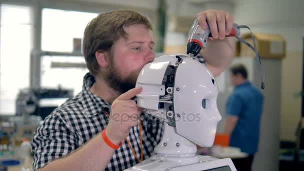 Technika a odhaluje roboty hlavy skořepina