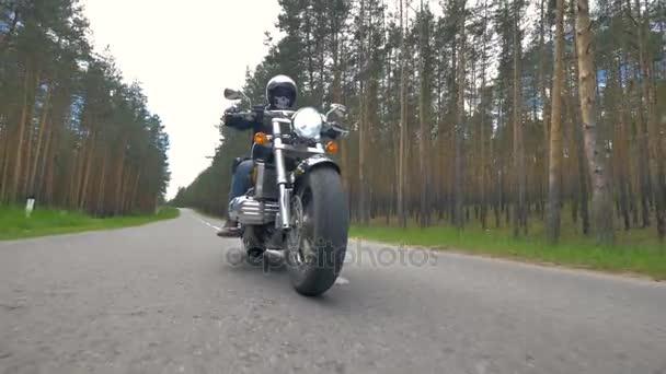 Někdo na motocyklu na sobě černé oblečení a helmy.