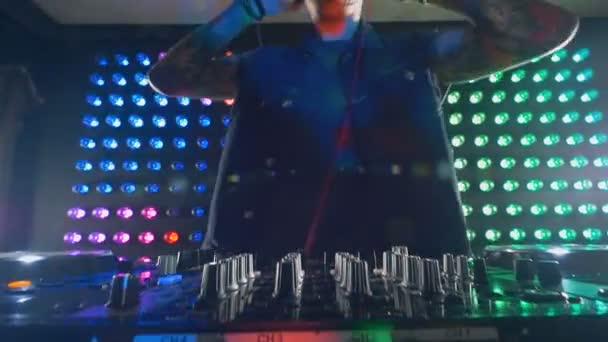 Dj přidává některé basy na jeho mixer