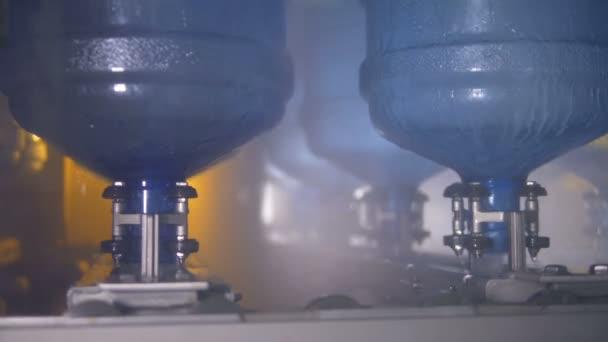 Több felborult vízhűtő palack mosás során.