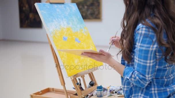 Schöne Künstler malen mit Ölfarben. 4k.