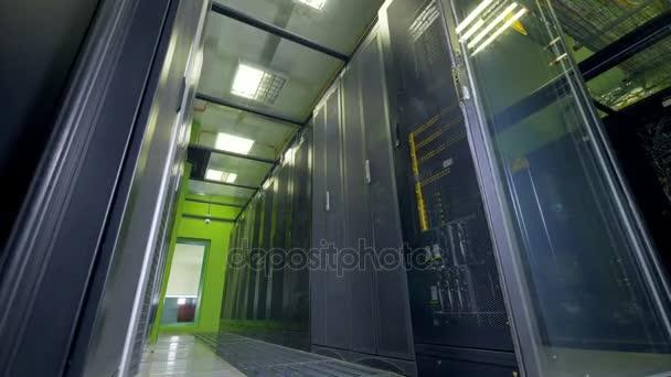 Pohled na datové centrum skříně s dveřmi uzavřené sítě s nízkým