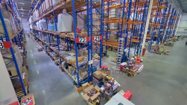 Pohled shora na běžné provozní skladu