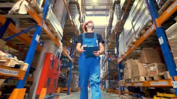 A munkavállaló ellenőrzésére raktári áru alacsony kilátás.