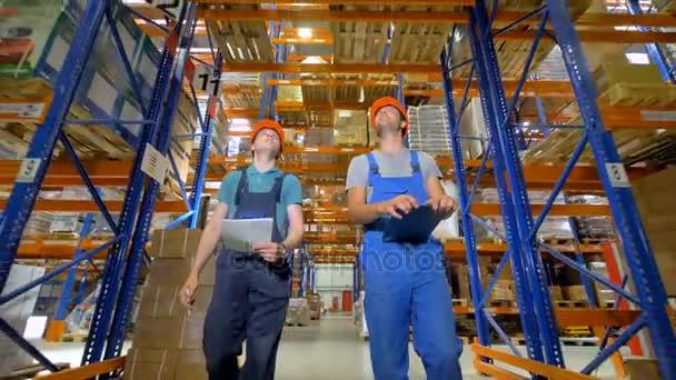 A két férfi nézett körül a munkahelyre alacsony nézet.