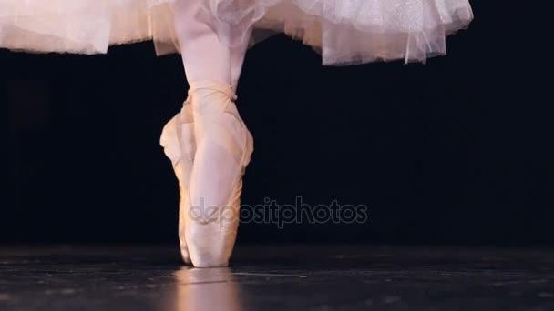 Baletka ukazuje její technika pointe.