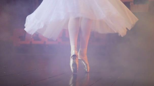 Tánc ballerinas láb egy ködös szobában.