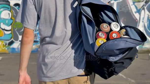 Otevřený batoh plný nátěr plechovky na graffiti umělec rameno.