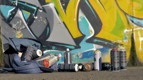 Festék spray szórófejes lehullott egy hátizsák a járdán.