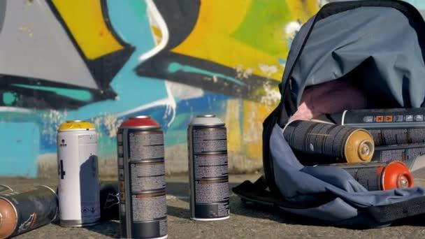 Různé barvy spreje v detail hotové graffiti zdi