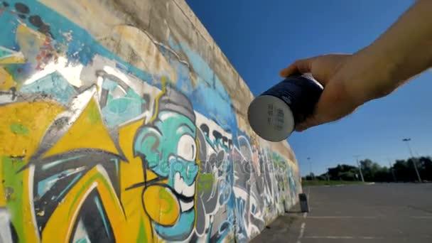 První osoba zobrazit na dokončení graffiti umělec za kus.