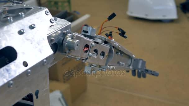 Ein Roboter-Arm mit Kabel herausragen.