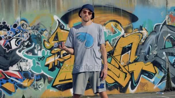 Čelní pohled na žonglování Malování graffiti umělec může.