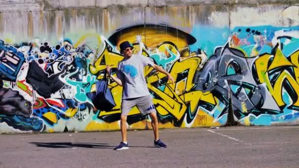 Graffiti umělec bere batoh a odchází.
