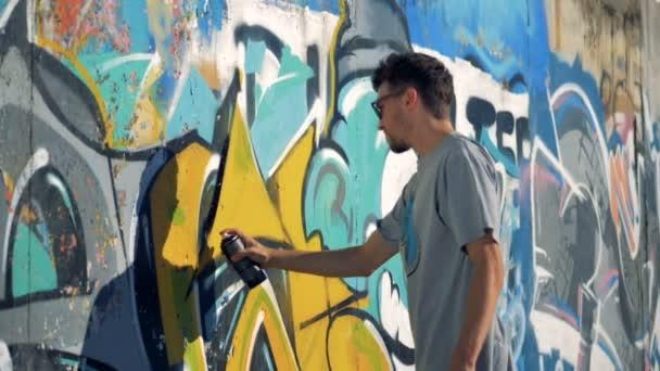 Egy graffitist frissíti a falon fekete kontúrok