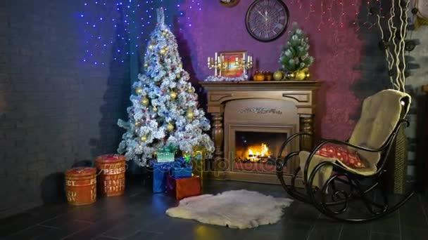 Vánoční osvětlení shine poblíž strom dekorovaný nový rok. Nový rok pozadí.