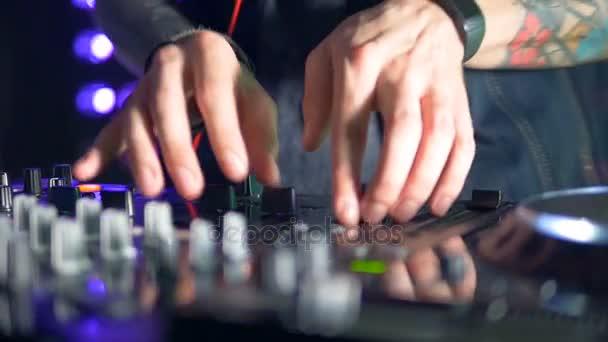 Sottile DJ mani manipolare impostazioni console mixer.