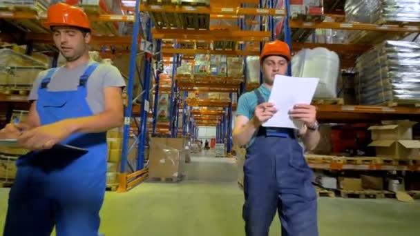 Két raktár felügyelők ellenőrizni a tárolási kapacitás.