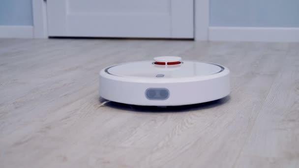 Robotický vysavač pracuje na laminátové podlahy