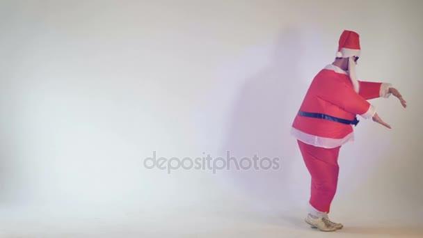Zábavné Santa Claus dělat legrační tanec tanec se pohybuje na bílém pozadí. 4k