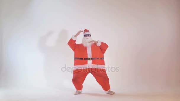Veselý Santa Claus tance jako teenager. 4k