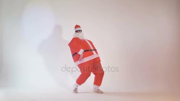 Veselý Santa Claus párty na Štědrý večer dělat zábavný taneční pohyby. 4k