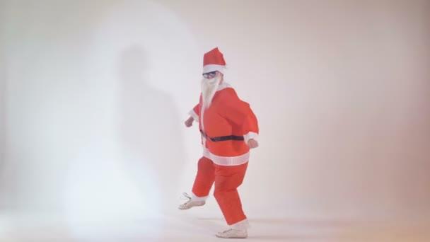 Nemotorný veselý Santa Claus padá při cvičení. 4k