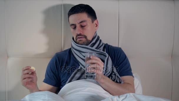 Das Porträt des kranken Mannes, der Medikamente einnimmt. Nahaufnahme. 4k.