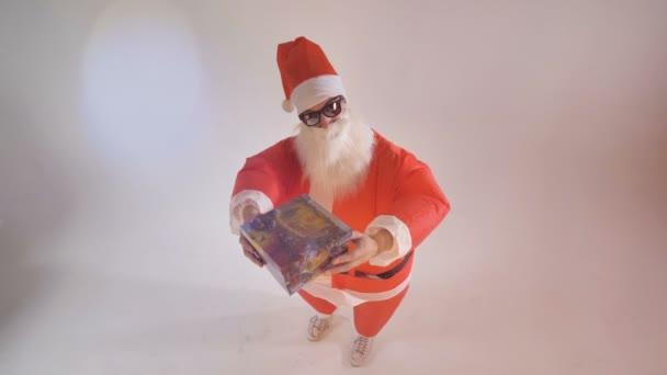 Santa ajándék és mosolyog kínál