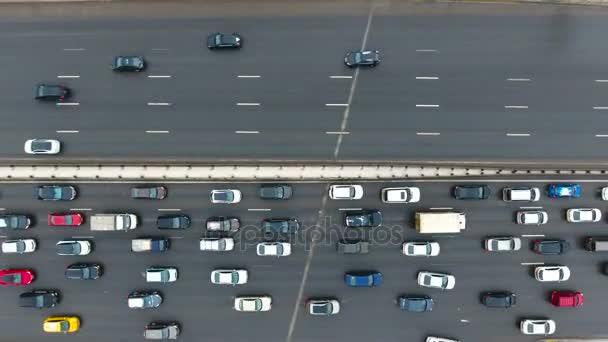 Pohled shora na rušné silnici dvoustranný