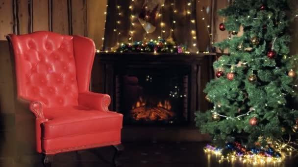 Vánoční strom stojí v obývacím pokoji vyzdobeny krbu. Nikdo, bez lidí.