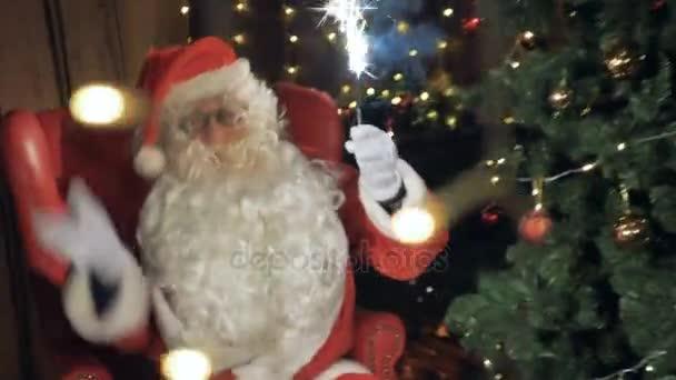 Santa držící se leskne, tradiční novoroční Bengálsko světlo. Šťastný nový rok slaví koncept.